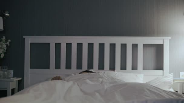 Mladý Asiat se probudil, podíval se na telefon a vyskočil z postele.
