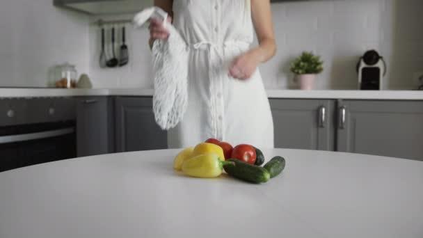 Junge Frau legt Gemüse in eine durchsichtige Ökotüte. Null-Abfall-Konzept. Kein Plastikleben. Gesunder Lebensstil. Konzeptrecycling.
