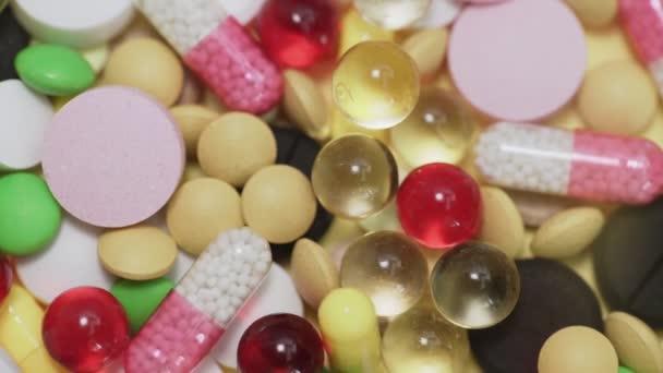 Obrovský počet různých druhů pilulek padající na bílém pozadí