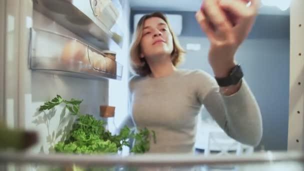 Kilátás Kilátás Kilátás Belül Hűtőszekrény Ahogy nő kinyitja az ajtót vesz egy almát, majd visszateszi, és vesz fánk