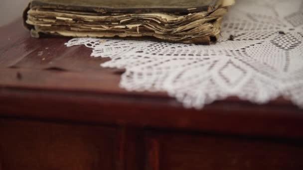 Zavřít starou knihu na stole