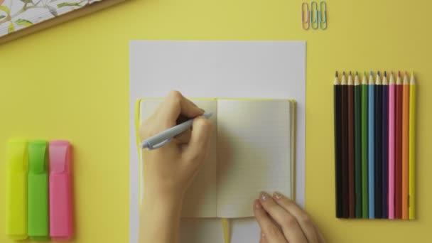 Felső nézet fölött nő írás sárga napló