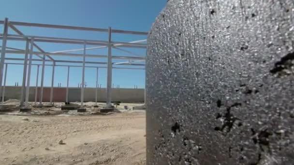 Bauarbeiter bauen ein Metallgerüst. Erschließung neuer Baugebiete