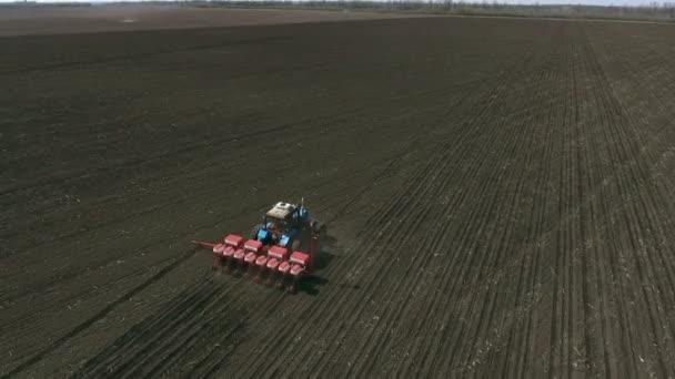 Mezőgazdasági traktor vetése és művelése