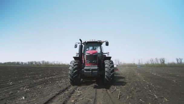 Výsev a obdělávání zemědělských traktorů