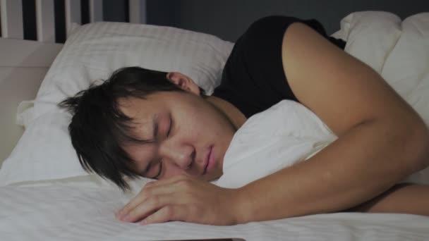 A fiatal ázsiai férfi felébredt, telefonált és újra elaludt.