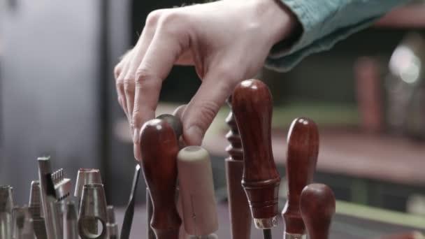 Tannerův otec dostal ránu za práci s kůží. Mnoho různých nástrojů pro ruční práce. Kovové nástroje