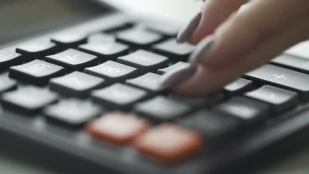 Női ujjak segítségével egy nagy gomb számológép