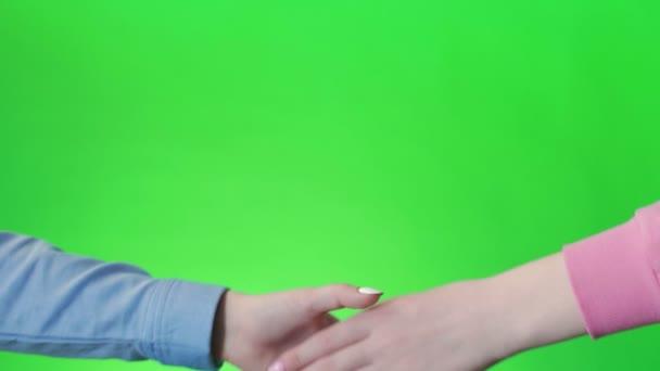 Kézfogás, kézfogás, kézfogás. Kétkezes gesztus. Chromakey vagyok. Zöld vászon. Elszigetelt