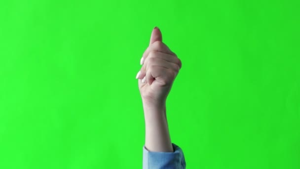 Ruka se luskajícími prsty na zeleném pozadí obrazovky