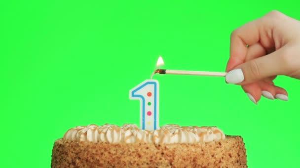 Osvětlení číslo jedna narozeninová svíčka na lahodný dort, zelená obrazovka 1