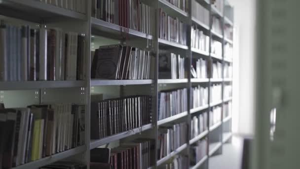 Dolly stěhování knihoven se spoustou knih.