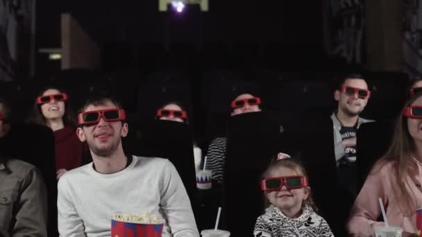 A fiatalok filmeket néznek a moziban: vígjáték 3D-ben.