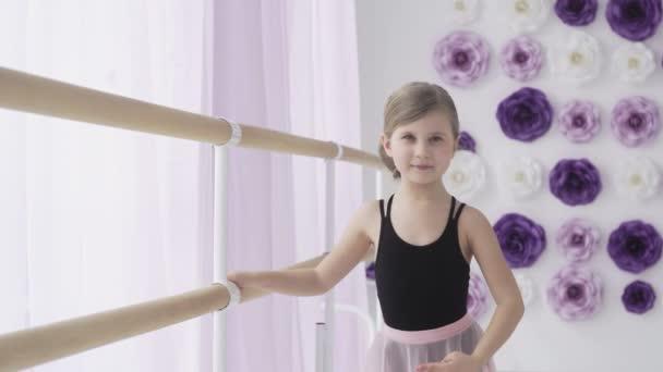 Roztomilý malý baletní tanečník na tréninkové třídě.