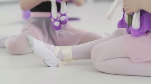 Kleine Ballerinen spielen in der Pause mit Spielzeug