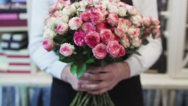 Férfi virágárus egy nagy csokor rózsával