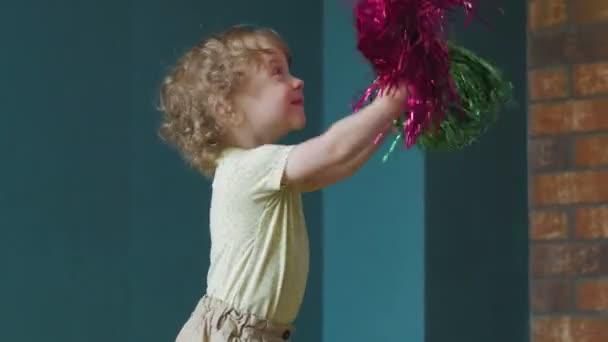 Kleiner Cheerleader liegt mit Pompons