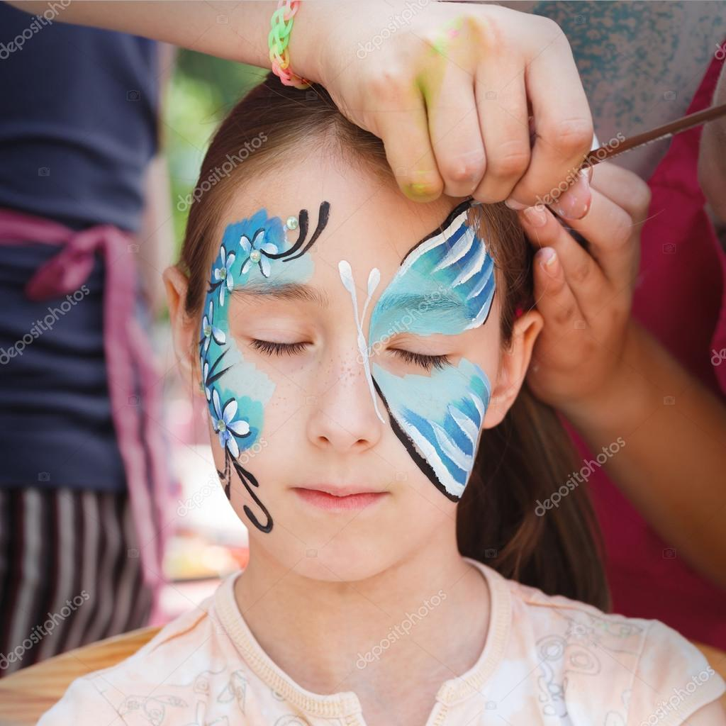 Kadın çocuk Yüz Boyama Kelebek Süreci Stok Foto Milkos 125146450