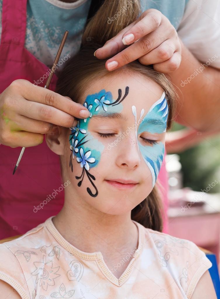 Kadın çocuk Yüz Boyama Kelebek Süreci Stok Foto Milkos 125868234