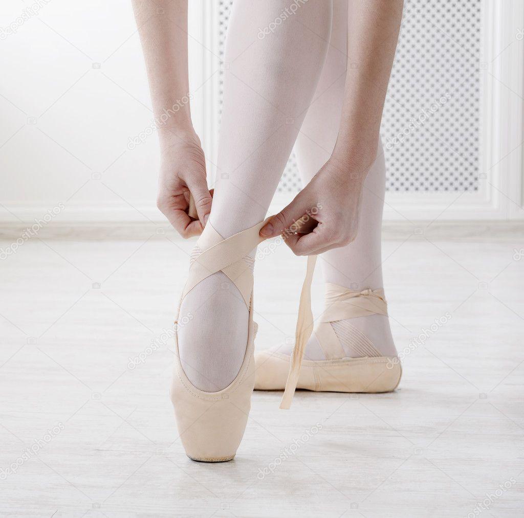 Крупным планом ноги балерины кладет на балет пуанты– Стоковое изображение d2a017a1de7c5