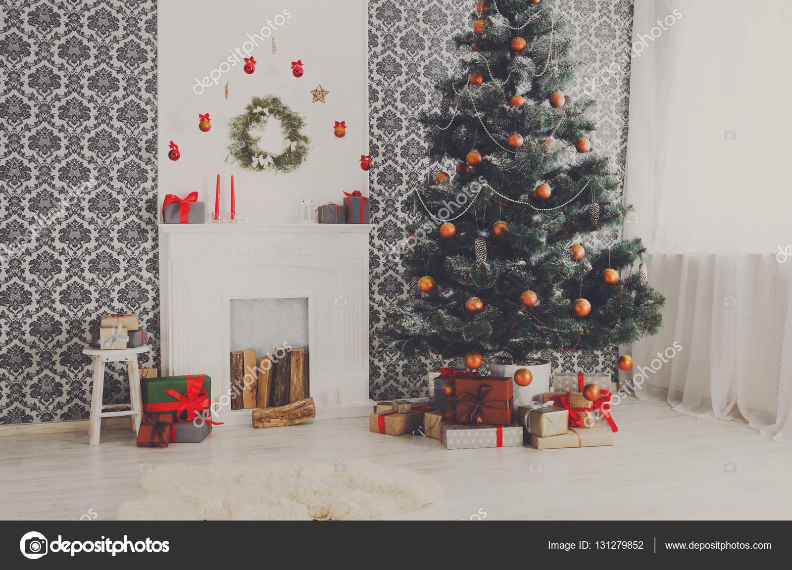 Mooi versierd kerstboom in moderne woonkamer interieur u stockfoto