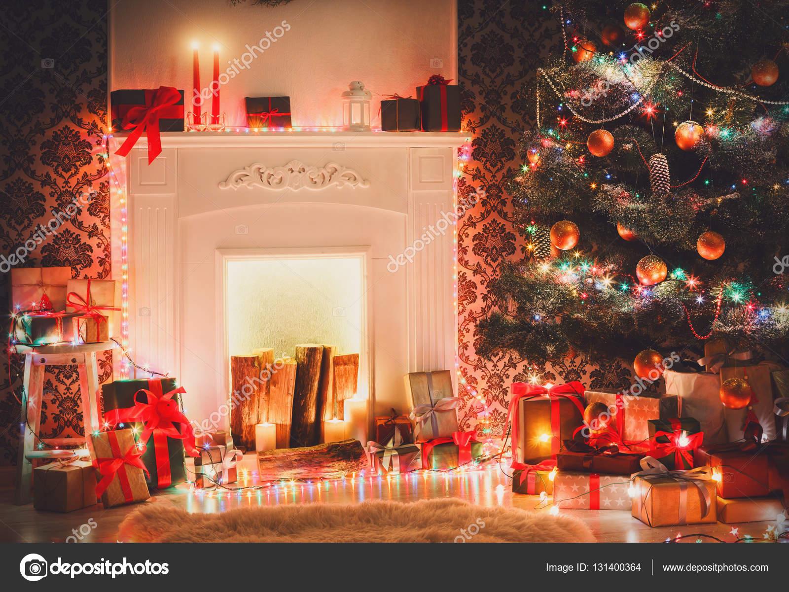 Weihnachtsschmuck Wohnzimmer, Kamin Closeup. Schönen Weihnachtslichter,  Kerzen, Beleuchtete Girlanden Geschmückten Weihnachtsbaum. Moderne  Innenarchitektur ...
