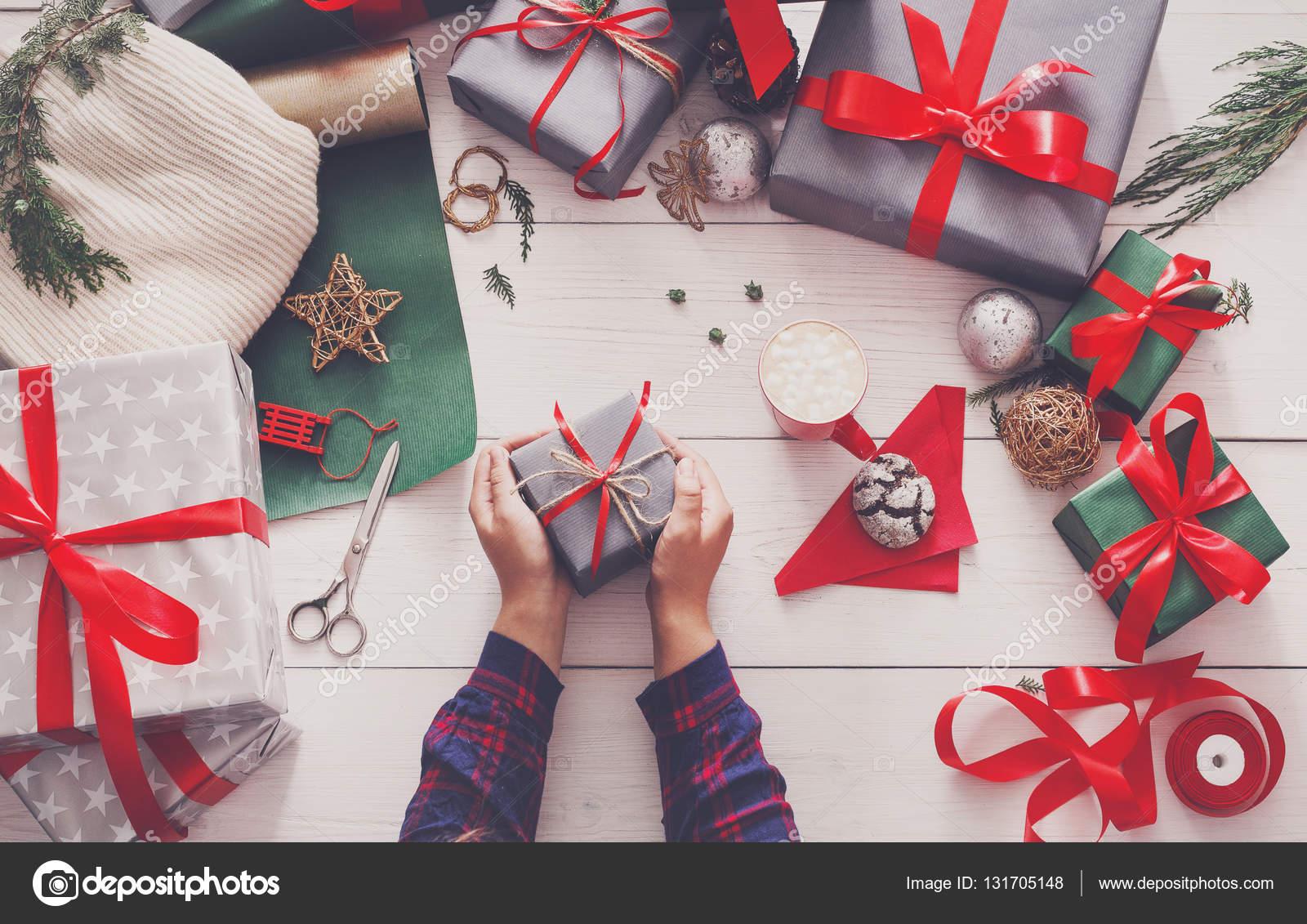 Kreative Hobby. Moderne handgemachte Weihnachten Geschenkbox ...