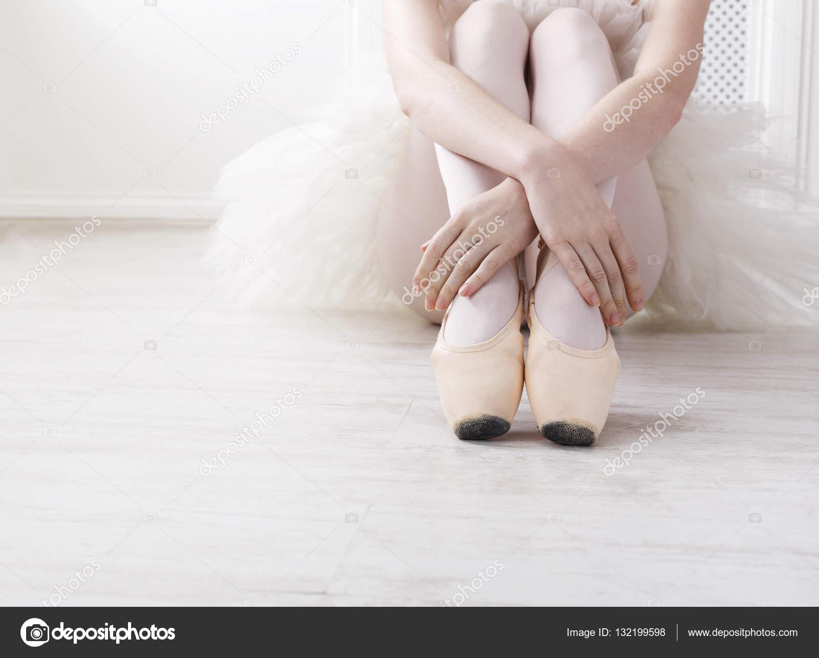 Балет картинки красивые. Балерина кладет на балет пуанты 378b1c50edfed