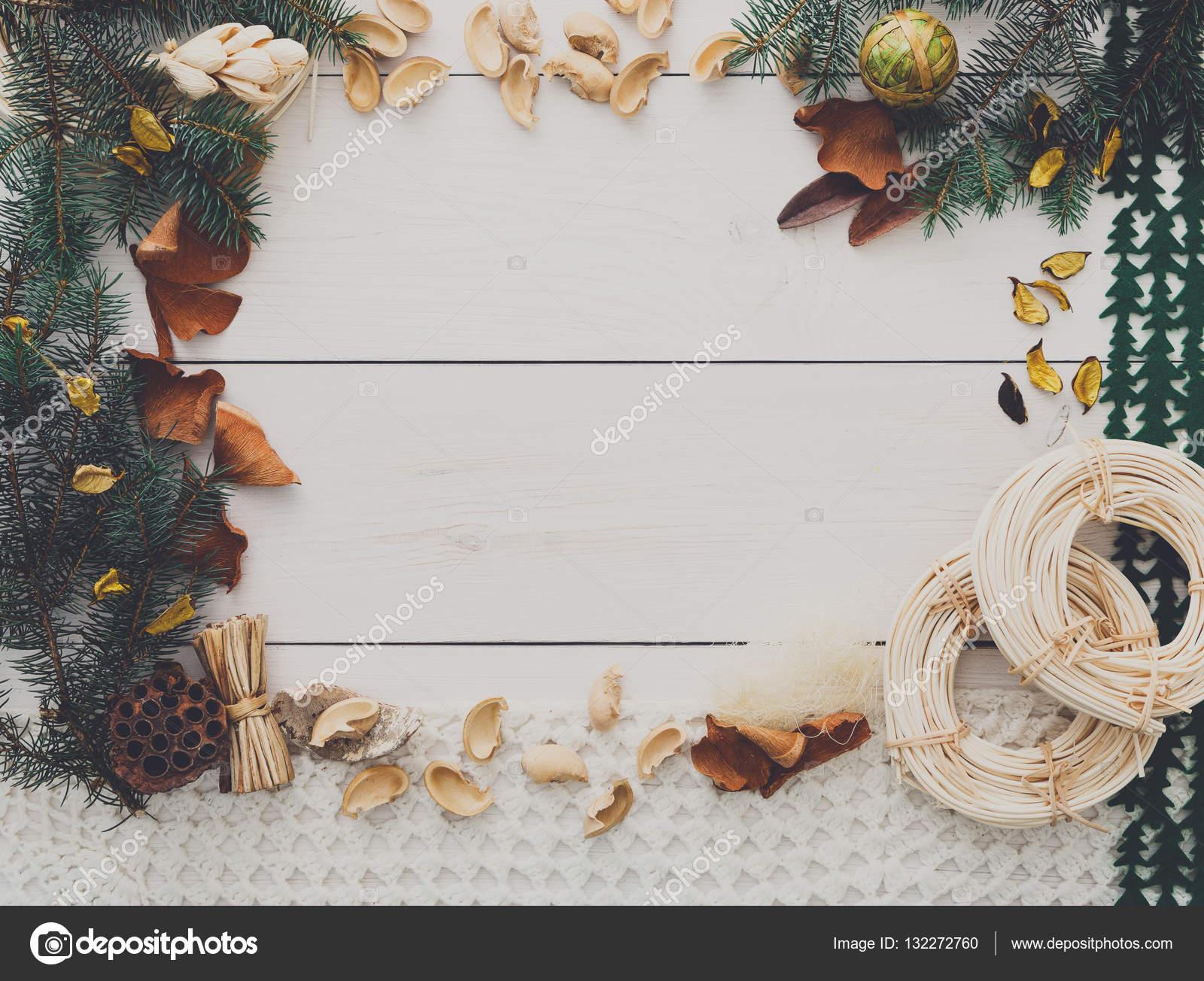 Navidad decoración hecha a mano marco en el espacio de fondo madera ...