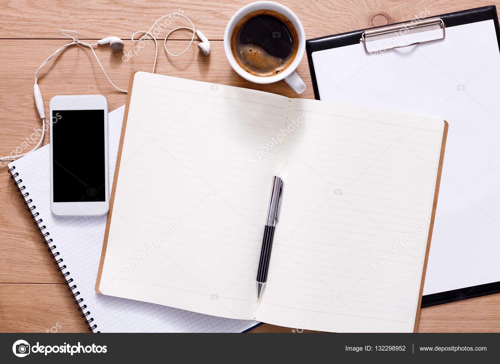 Suministros de oficina y tel fono m vil en el fondo de - Escritorio mesa de trabajo ...
