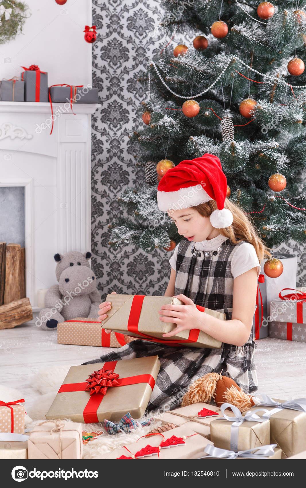 Schöne Weihnachtsgeschenke.Schöne Mädchen In Santa Hut Auspacken Weihnachtsgeschenke