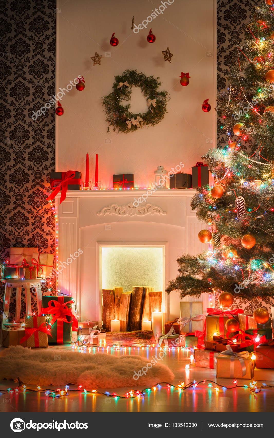 Weihnachtsbeleuchtung Wohnzimmer.Weihnachten Raum Innenarchitektur Geschmückten Baum In Garland
