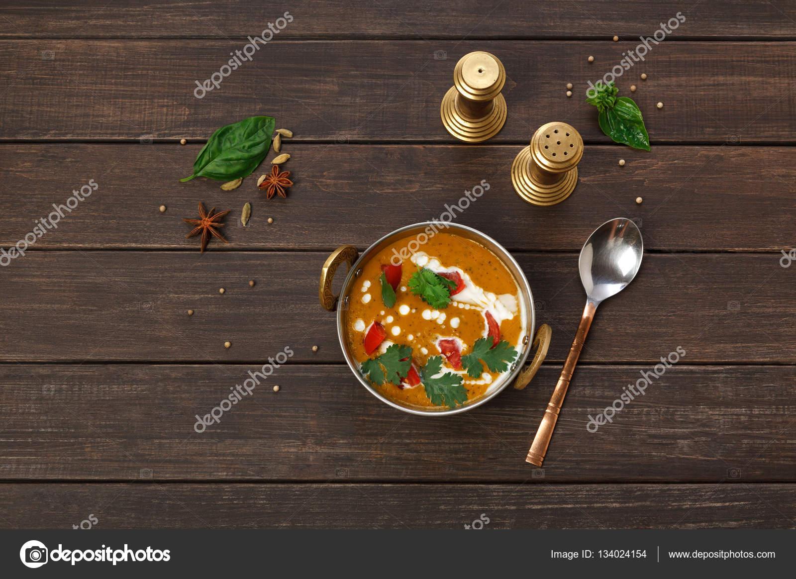 Vegane und vegetarische indische Küche Teller, würzige Linsensuppe ...