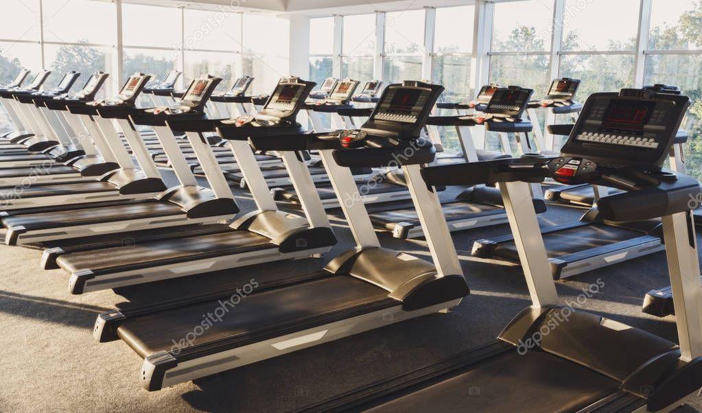 int rieur de la salle de sport moderne avec quipement tapis de course pour entra nement de. Black Bedroom Furniture Sets. Home Design Ideas