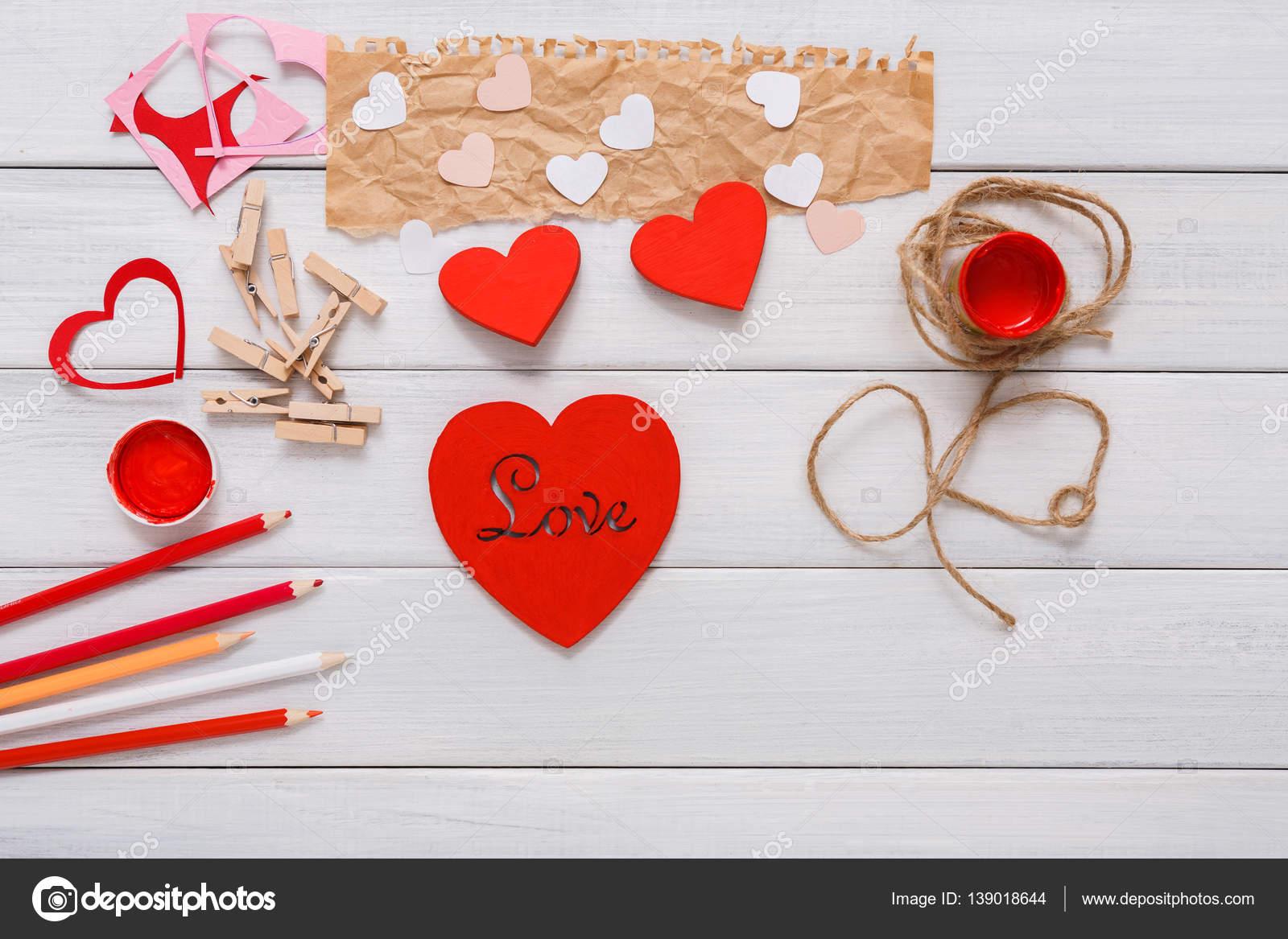 Valentine Tag DIY-handgefertigte Herzen machen, Draufsicht auf Holz ...