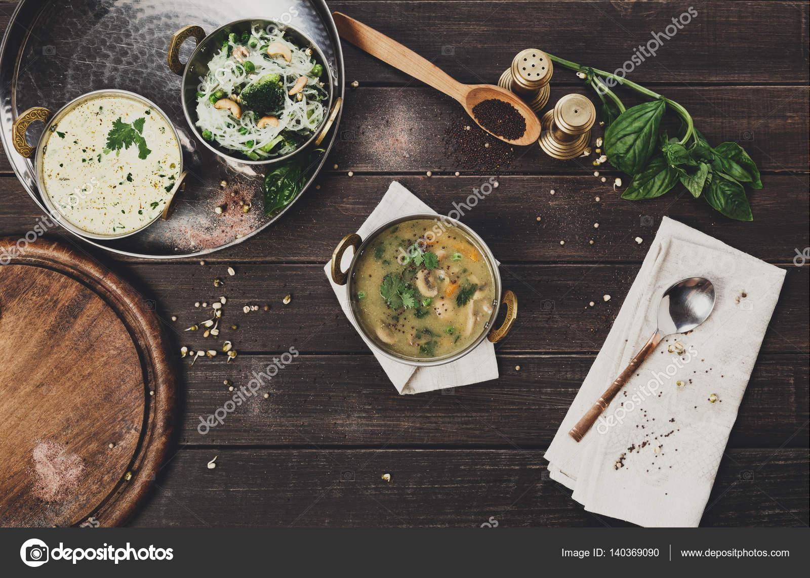 Vegane und vegetarische indische Küche Teller, Pilzsuppe — Stockfoto ...