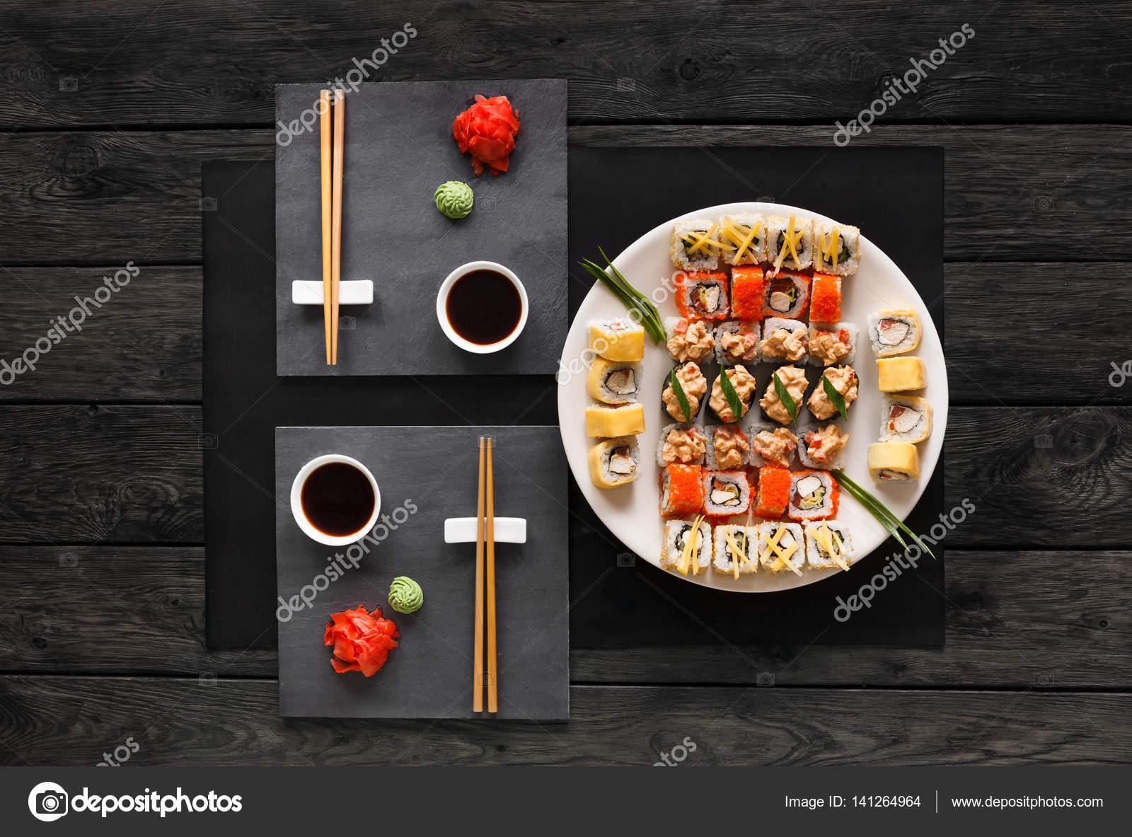 Satz von Sushi Maki und Rollen auf schwarze rustikale Holz, Top ...