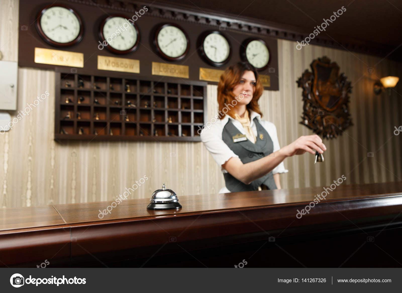 Bureau de réceptionniste et comptoir de lhôtel avec bell