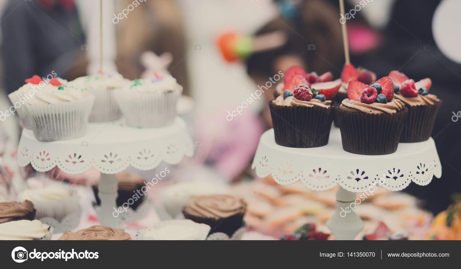 Schonen Cupcakes Mit Beeren Closeup Auf Festtafel Stockfoto