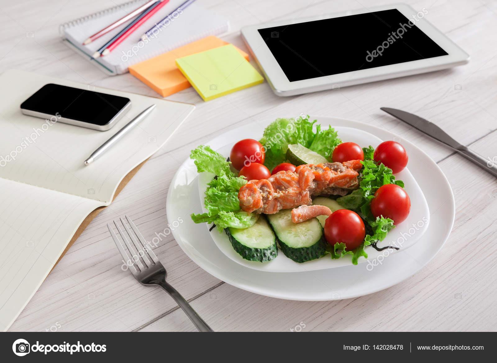 Pausa Pranzo Ufficio : Commercio sano spuntino di pranzo in ufficio salmone con verdure