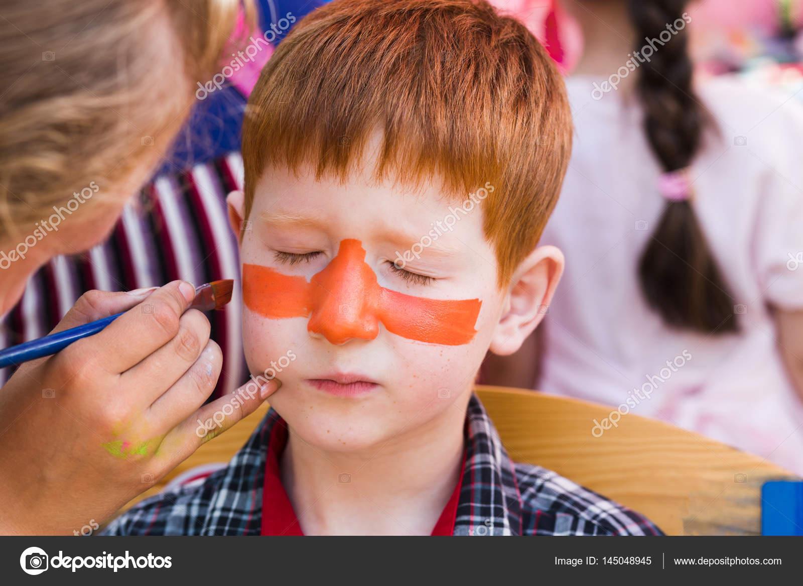 Kind jongen gezicht schilderen tijger ogen besluitvormingsproces
