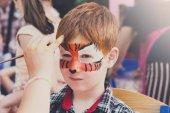 Dítě chlapec tvář malba, tygří oči proces tvorby