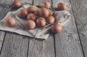 Čerstvé kuřecí maso hnědé vejce na koncept rustikální dřevo, ekologické zemědělství