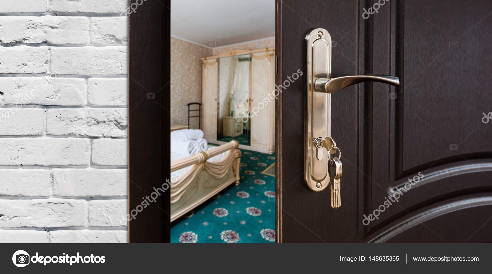 Halb geöffnete tür  offene Tür aus einem klassischen Schlafzimmer Griff closeup ...