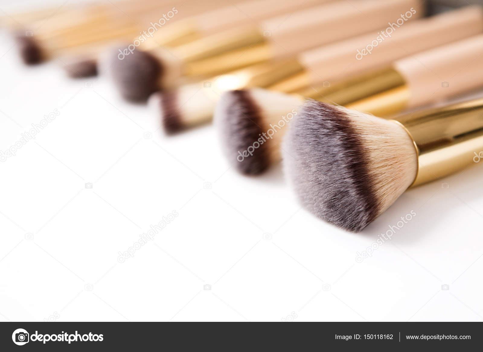 Produits cosmétiques et beauté. Pinceaux à maquillage mis en ligne sur fond  isolé blanc. Mise au point sélective, la faible profondeur de champ — Image  de ... fe677a39ec7e