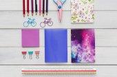 Plochou položit barevné kancelářské a školní psací potřeby