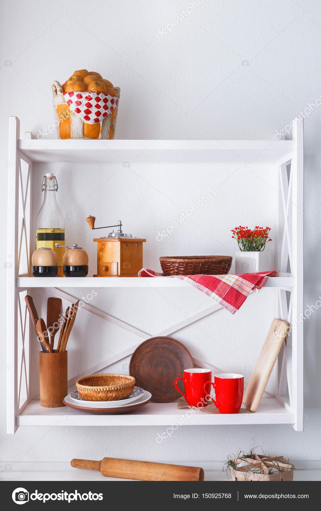 Mensola di legno bianco, mobili in arte povera cucina — Foto Stock ...