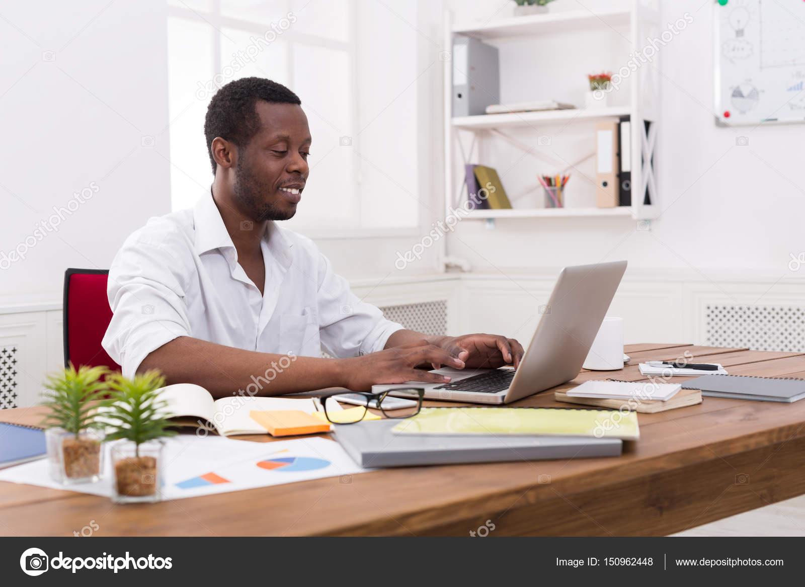 Jeune homme d affaires noir de travail avec ordinateur portable au