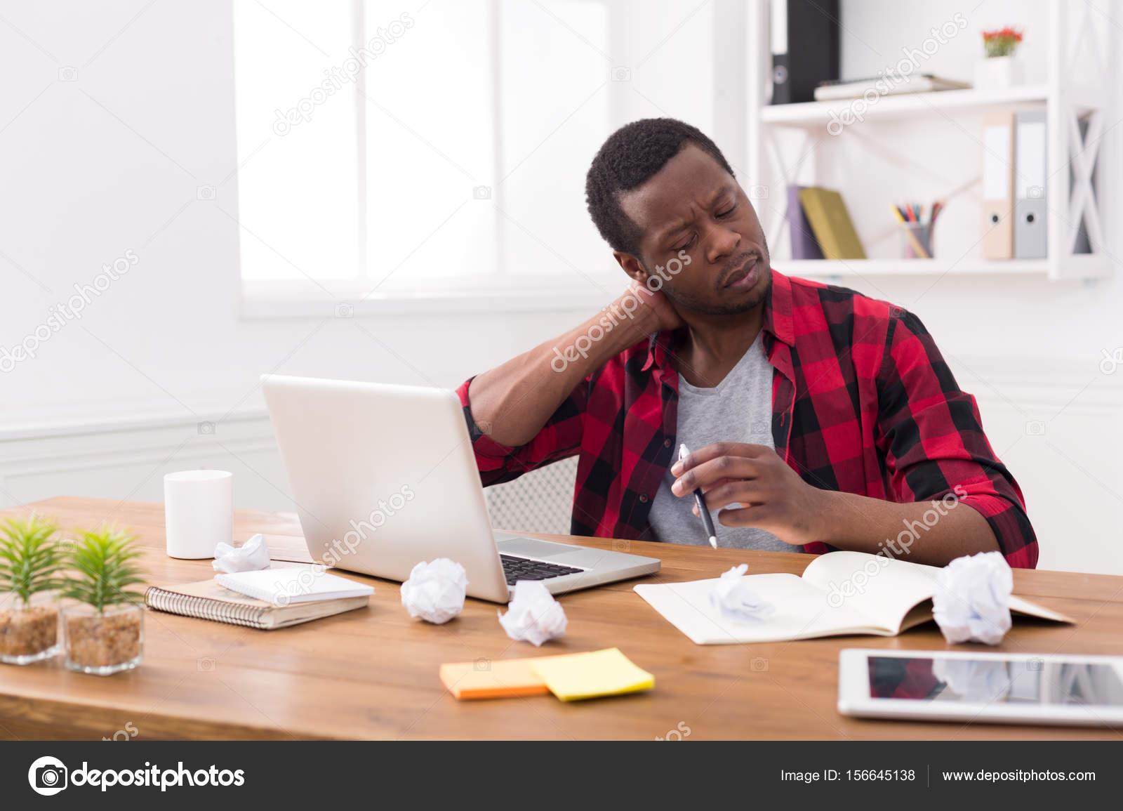 Surchargés de travail noir homme d affaires au bureau occasionnel