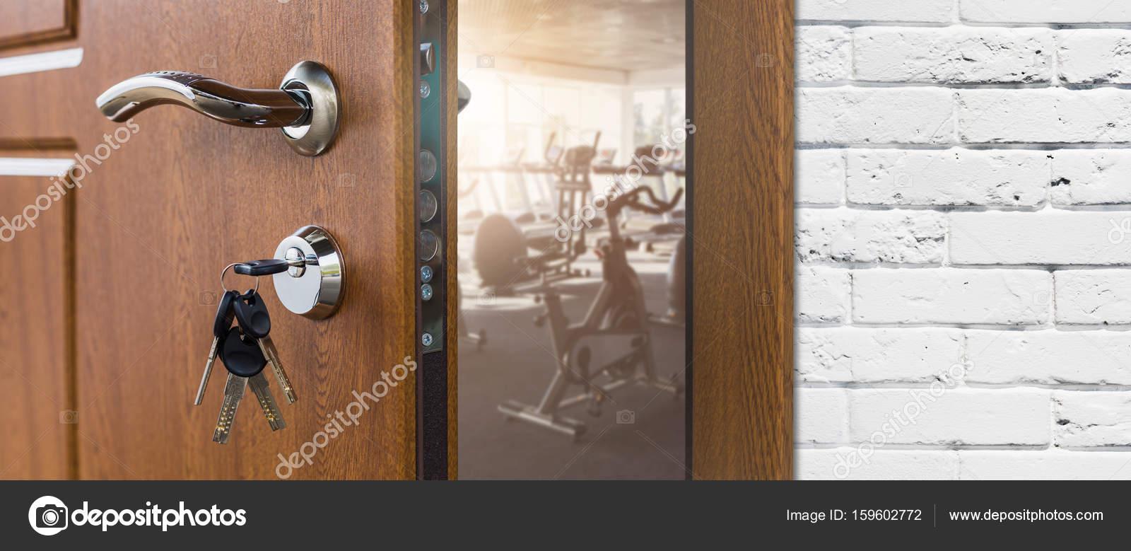Eingang zum Fitness-Studio in der Fitness-Club, geöffnete Tür mit ...